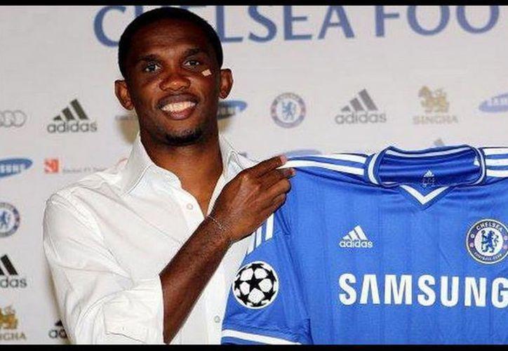 El camerunés Samuel Eto'o presume la playera del Chelsea. (Facebook oficial)