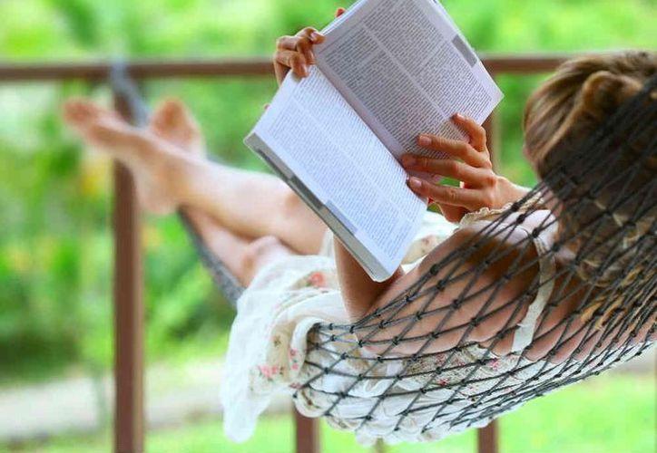 Aprender otro idioma y leer ayuda a retrasar el deterioro del cerebro. (Foto: Contexto)