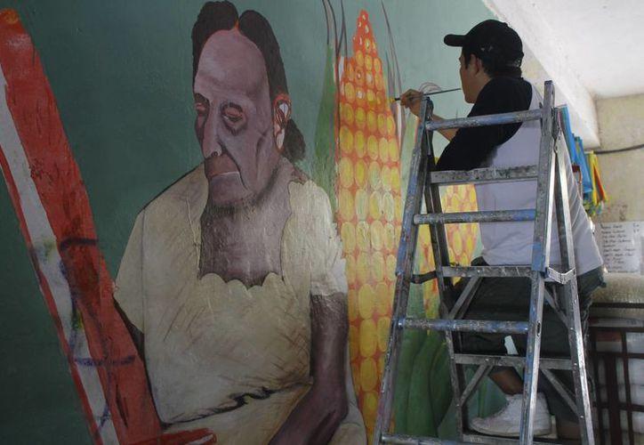 La foto refleja a una señora cargando una imagen de la Virgen de Guadalupe. (Tomás Álvarez/SIPSE)