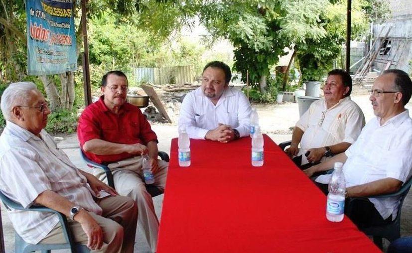 Francisco Torres con líderes religiosos. (SIPSE)