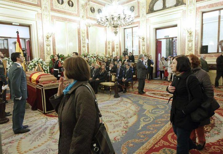 La capilla ardiente y féretro con los restos mortales de Adolfo Suárez fueron instalados en el Salón de los Pasos Perdidos del Congreso de los Diputados, en Madrid. (EFE)