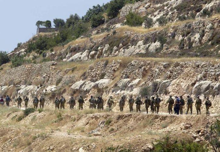 Soldados de Israel se despliegan por las montañas en Cisjordania, cerca de la ciudad de Hebrón, en respuesta por la muerte de un joven israelita cerca de dicha población. (EFE)