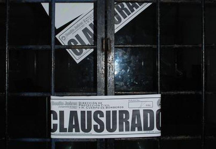 Protección Civil colocó sellos de clausurado en las puertas de la universidad. (Tomás Álvarez/SIPSE)