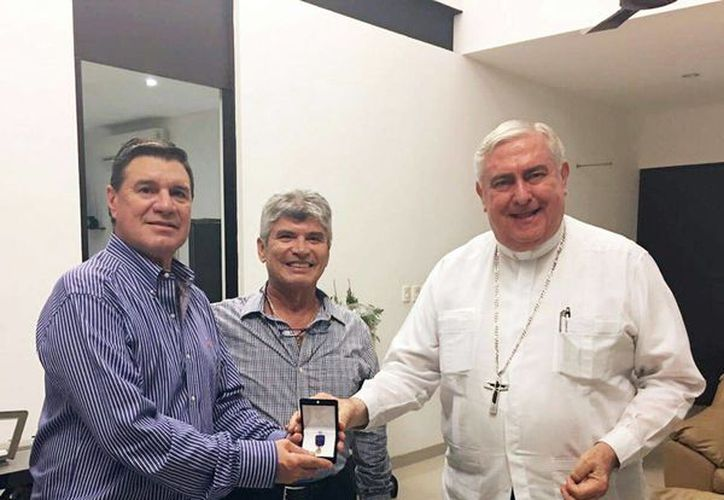 Mons. Emilio Carlos Berlie premia a Andrés García Gamboa (izq) con la insignia de Past Grand Knight. (SIPSE)
