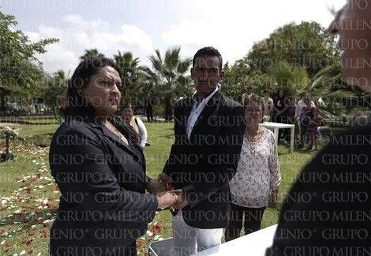 Óscar Arturo Juárez Molina y Álvaro Bandi Gómez García decidieron unir sus vidas en el penal de Puente Grande, en lo que es la primera boda en este lugar. (Milenio)