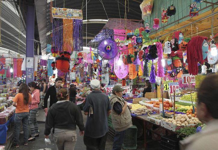 El Mercado de Jamaica, en la capital mexicana, es uno de los sitios más visitados para comprar productos para el Día de Muertos. (Notimex)