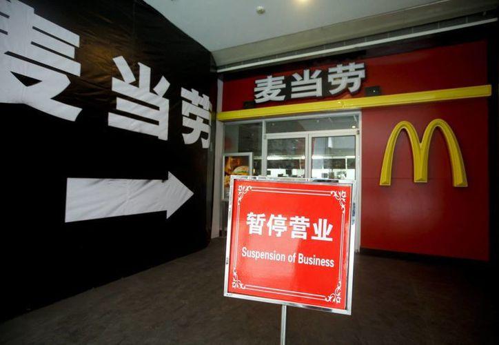 Un cartel a las puertas de un establecimiento de la cadena de restaurantes de comida rápida McDonalds anuncia el cierre temporal del local en Pekín, China, país donde este lunes fueron impuestas penas de cárcel a 10 personas implicadas en un escándalo por venta de carne caduca. (EFE/Archivo)