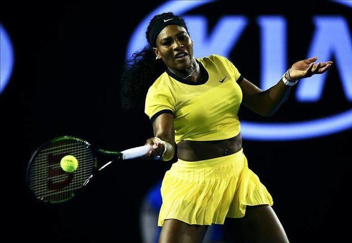 Serena Williams necesitó de poco más de una para derrotar a Agnieszka Radwanska, este jueves en la Rod Laver Arena del Melbourne Park. (EFE)