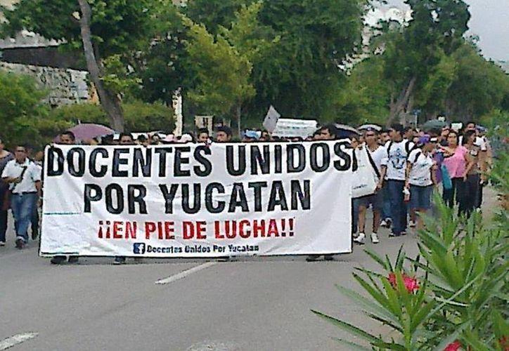 Maestros en la marcha que se realizó hoy en Mérida. (Foto tomada del Facebook de Docentes Unidos por Yucatán)