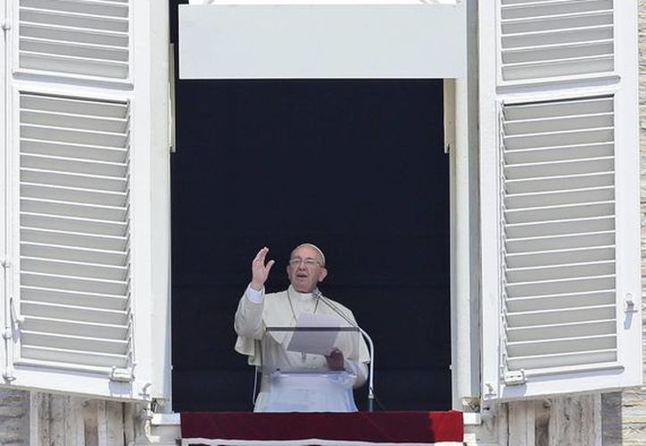 El Papa envía la bendición desde la ventana de su estudio en la Plaza de San Pedro, en el Vaticano, dentro del Angelus dominical, en el que habló acerca de los derechos de niños, de su viaje a Sarajevo y sobre el Corpus Christi. (Foto: AP)