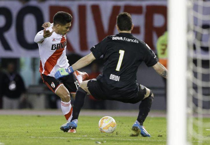 Teófilo Gutierrez, de River Plate, falla en su intento de anotar ante Agustin Orion, de Boca Juniors, en partido de ida de octavos de final de Copa Libertadores ganado por los primeros, 1-0. (Foto: AP)