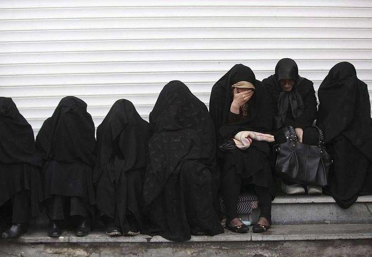 Una periodista francesa dio a conocer cómo se relacionó con uno de los altos mandos del Estado Islámico. En la imagen un grupo de mujeres Sirias. (Archivo/AP)