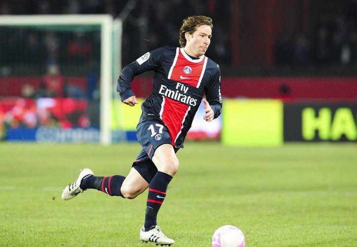 Maxwell persiguió un balón enviado por Cavani, lo conectó y anotó el gol solitario con el que el PSG ganó y eliminó a Lille en la Copa de Francia. (allomatch.com)