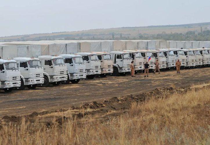 Camiones dispuestos para avanzar en convoy y entregar ayuda humanitaria en medio del conflicto entre Ucrania y rebeldes prorusos. (Foto: AP)