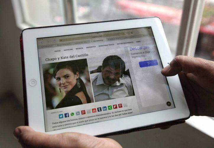 """Una mujer observa una fotografías de la actriz mexicana Kate del Castillo y el narcotraficante Joaquín """"el Chapo"""" Guzmán en internet. Según medios aseguran que el narco se operó los genitales. (EFE/archivo)"""