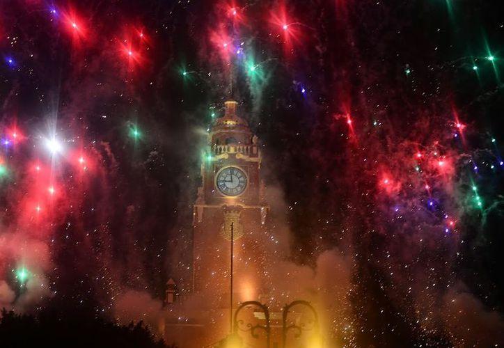 El reloj de la torre del Palacio Municipal se desconectó por riesgo de derrumbe, debido a que las campanas pesan más de una tonelada. (SIPSE)