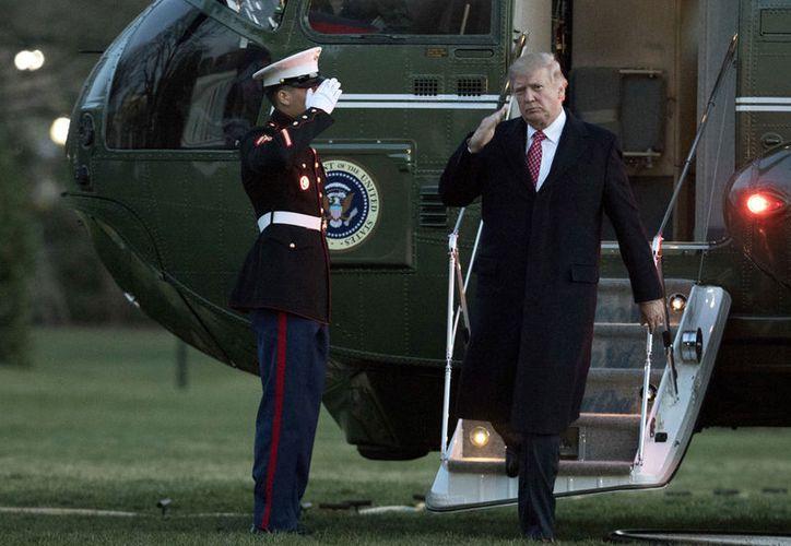 El presidente Donald Trump, quien firmará un nuevo decreto contra los inmigrantes, desembarca del helicóptero presidencial Marine One a su llegada a la Casa Blanca. (AP/Manuel Balce Ceneta)