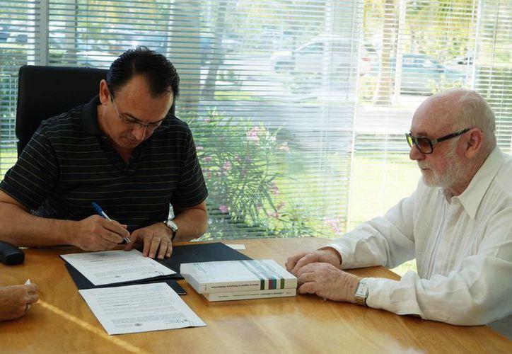La firma del convenio entre las autoridades educativas. (Israel Leal/SIPSE)