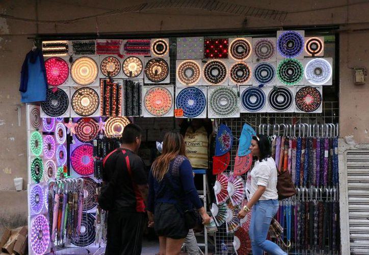 Muchos comercios del centro de Mérida ya ofrecen productos característicos de la Navidad. Las compras de bienes y servicios se incrementarían en 5%, respecto al 2014. (SIPSE)
