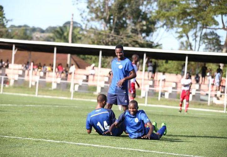 Un futbolista de 19 años del club Mbao de Tanzania murió poco después de recibir una falta 'normal' en un partido sub-20. (Foto tomada de unomasuno.com.mx)