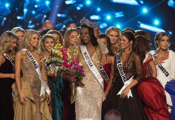 La joven afroamericana representará a Estados Unidos en la competición de Miss Universo. En la foto, Olivia Jordan, entrega la corona a Deshauna Barber, la nueva reina de belleza estadounidense.(AP)