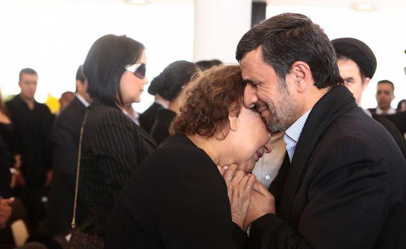 Ahmadinejad en controversia por comportamiento 'inapropiado' al abrazar a la madre de Chávez.(EFE)