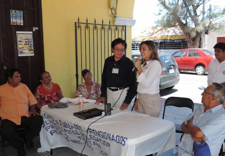 Jéssica Saidén Quiroz, candidata a presidenta municipal de Progreso, durante la reunión con pensionados del Issste. (SIPSE)