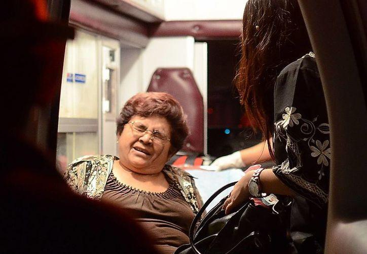 Por el susto que se llevó, doña Landy fue llevada a un hospital para que le dieran su checada. (Martín González/SIPSE)