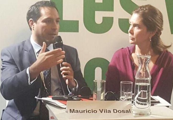 El alcalde de Mérida, Mauricio Vila, durante su participación en una mesa panel en la Cumbre de París, junto con la alcaldesa de Ciudad del Cabo, Patricia de Lille. (Fotos cortesía del Ayuntamiento)