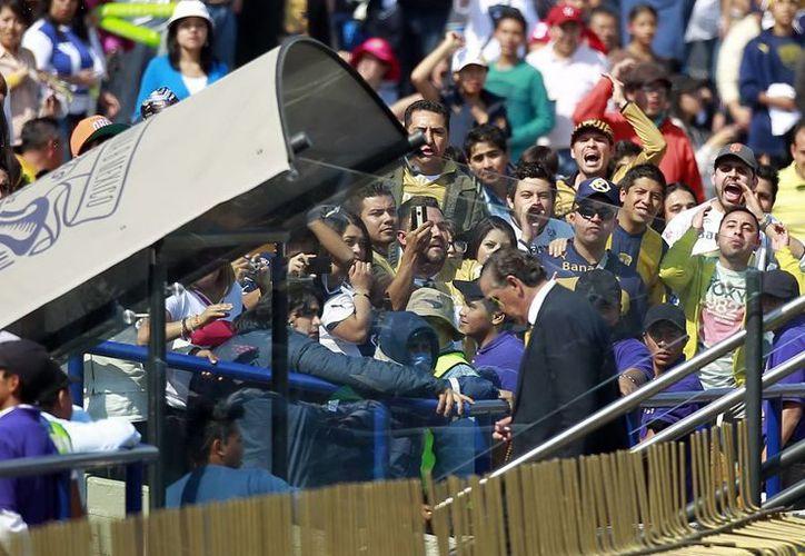 Al salir de la cancha del Olímpico junto con sus jugadores, José Luis Trejo recibió toda clase de gritos e insultos, así como de objetos que les aventaron desde la tribuna. (Notimex)