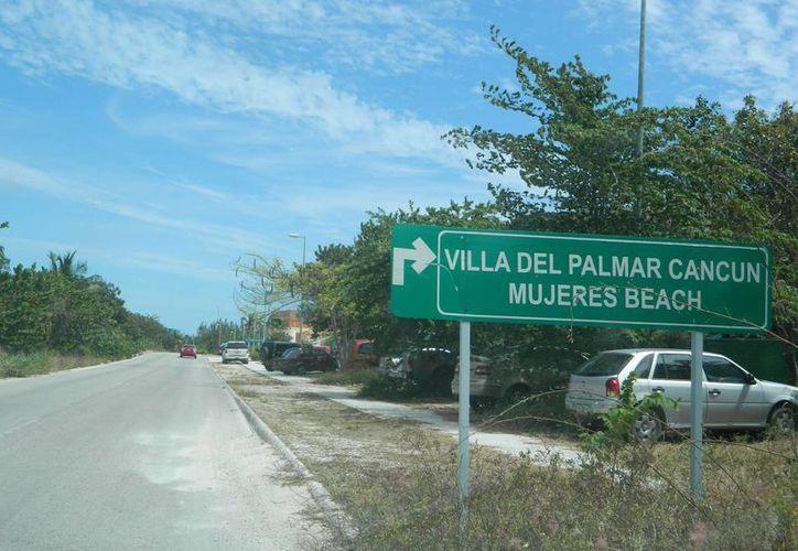 Los pescadores llegaron a la orilla de la playa del hotel Villas del Palmar. (Eric Galindo/SIPSE)