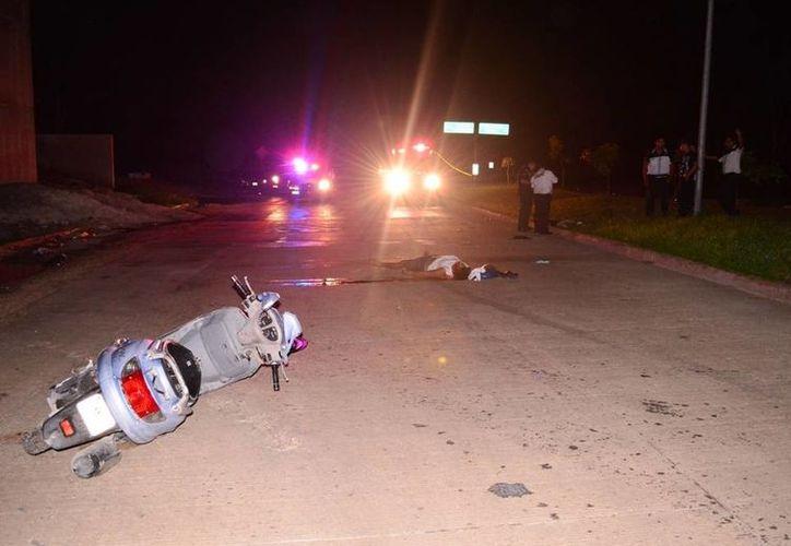 Un motociclista murió al chocar contra una boya cuando descendía del puente de la carretera hacia El Tintal. (Redacción/SIPSE)