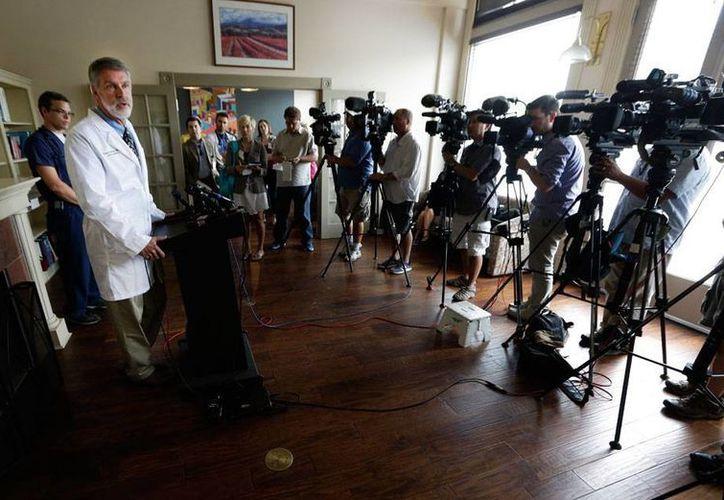 Parte de la solución, los médicos también son ahora parte del problema: uno de ellos falleció a causa del ébola. En la imagen, un grupo de médicos habla sobre la condición de dos doctores de EU que permanecen internados a causa de la enfermedad. (AP)