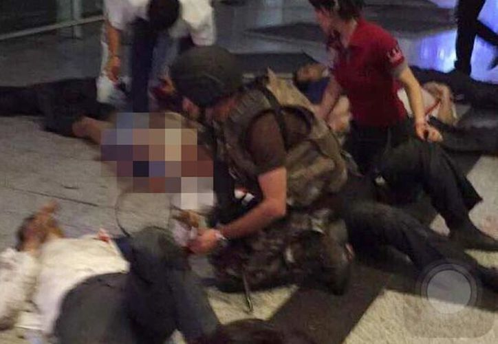 Tras las explosiones, algunos testigos aseguran haber visto a cuatro hombres armados que escapaban de la terminal, informan medios locales. Imagen de la tragedia en el lugar de los hechos.(@javier_ramon96)