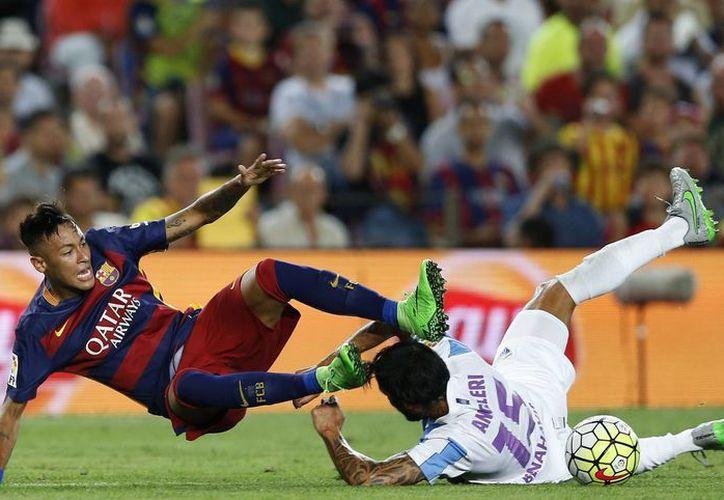 Neymar y Marcos Angeleri disputan el esférico en el juego ganado por Barcelona a Málaga en la Liga de España. El portero mexicano Guillermo Ochoa una vez más no jugó. (Foto: AP)