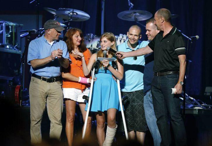 Victoria McGrath, quien en esta foto de mayo de 2013 agradece a quienes la ayudaron tras haber sido herida de gravedad en los actos terroristas de Boston en abril de ese mismo año, falleció este fin de semana en un accidente. (AP)