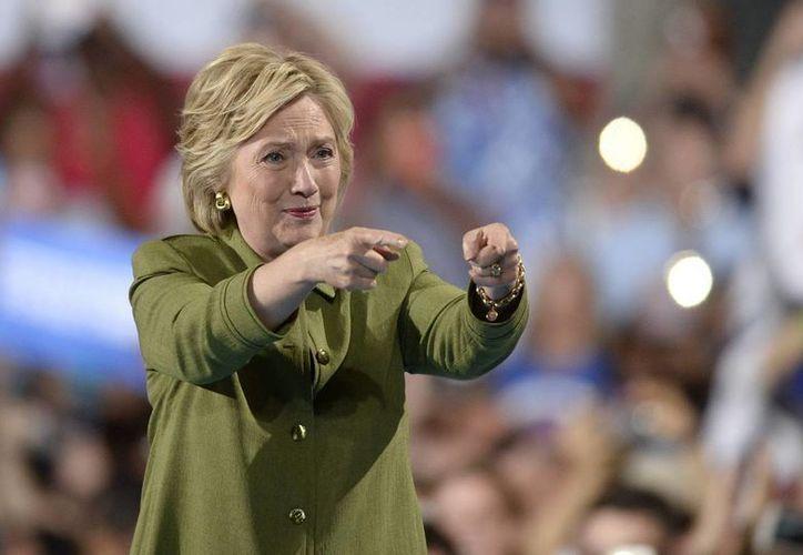 La candidata demócrata a la presidencia de Estados Unidos, Hillary Clinton, y su marido, Bill Clinton, publicaron su declaración de impuestos de 2015, que muestra unos ingresos de 10 millones de dólares. (EFE)