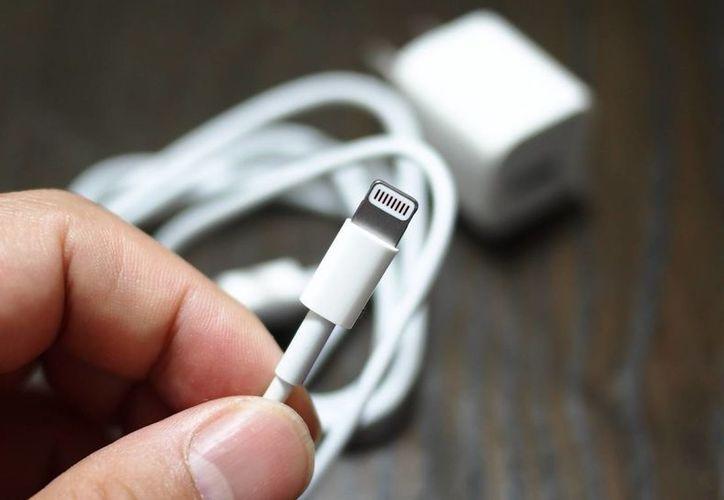 Apple podría lanzar en 2017 cargadores que no necesitan cable. (Agencias)