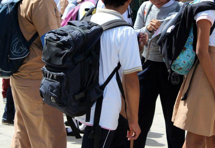 Para la Sep, la revisión de mochilas se debe realizar desde la casa y en las escuelas sólo de manera extraordinaria. (Joel Zamora/SIPSE)