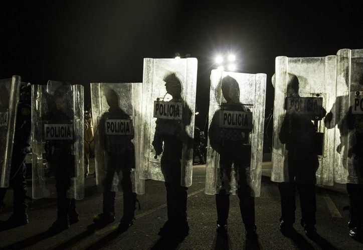 En lo que va del actual sexenio se han cometido 27 mil 493 homicidios, lo que deja un promedio de 24 víctimas por día. Imagen de un grupo de elementos de la policía resguardados con un escudo. (Archivo Notimex)