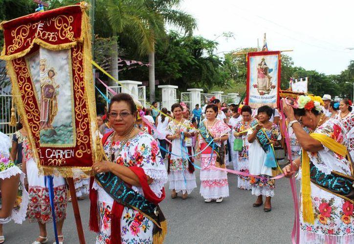 El Gremio de Fundadores realizó una procesión ayer en la Quinta Avenida de Playa del Carmen. (Octavio Martínez/SIPSE)