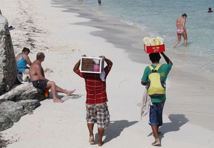 Las playas más concurridas donde los ambulantes prefieren ofertar sus productos son Tortugas, Gaviota Azul, y Delfines. (Jesús Tijerina/SIPSE)