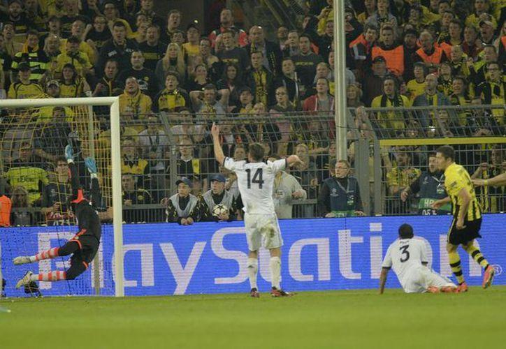 El polaco Lewandowski (extrema derecha), del Dortmund, anota el tercero de sus cuatro goles contra el Real Madrid. (Agencias)