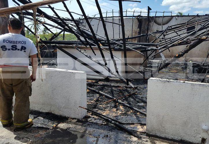 El fuego consumió el techo del restaurante así como los aparatos eléctricos y demás materiales. (Gerardo Keb/SIPSE)