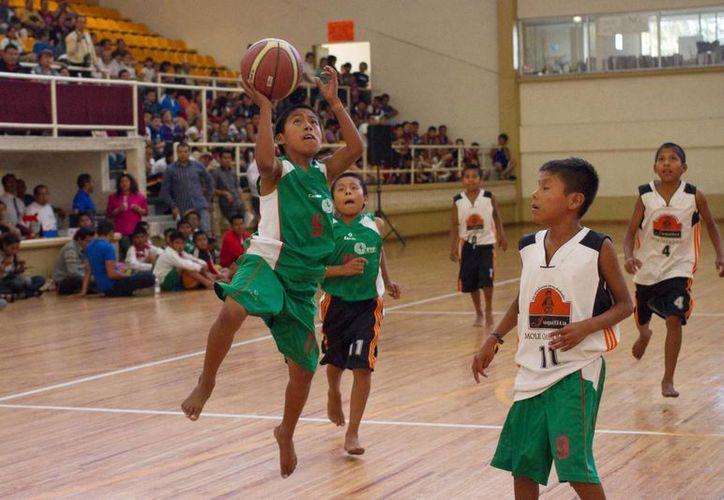 Foto de archivo de los niños triquis basquetbolistas, que se hicieron famosos por ganar torneos jugando descalzos. (Notimex/Foto de archivo)