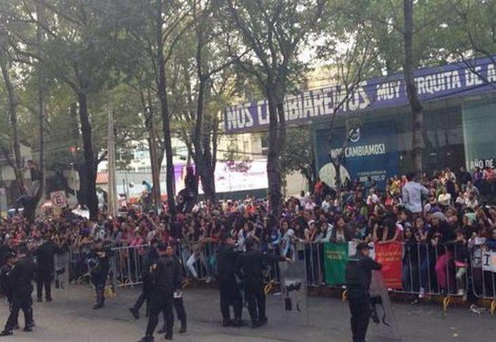 Fanáticas de Justin Bieber rodean el hotel donde se hospeda el cantante (María José Cantú/MILENIO)