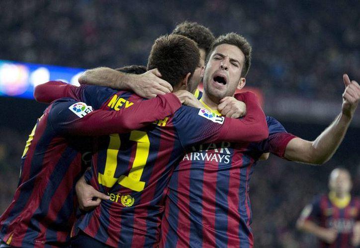 Neymar rescató al Barza con par de anotaciones frente una rebelde Villarreal, en la Liga de España. En la foto, el astro brasileño (11), celebra con sus compañeros Jordi Alba y Martín Montoya. (Efe)