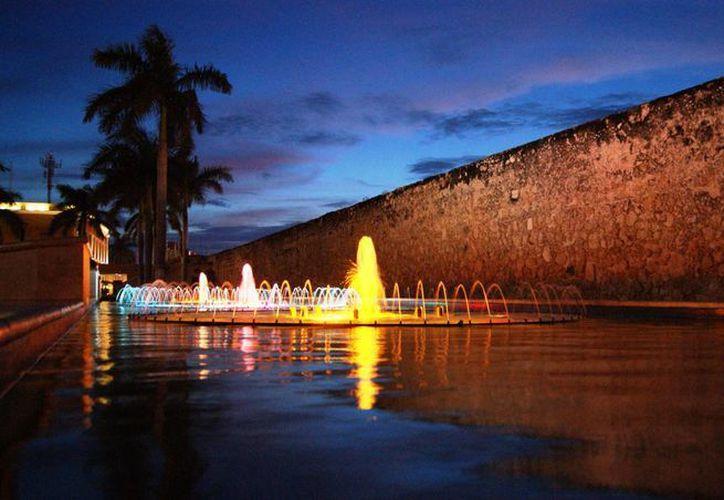 La Secretaría de Turismo indicó que seguirá trabajando para convertir a Campeche en un destino turístico de clase mundial. En la imagen, las fuentes danzantes del Centro Histórico de dicha capital. (Archivo/Notimex)