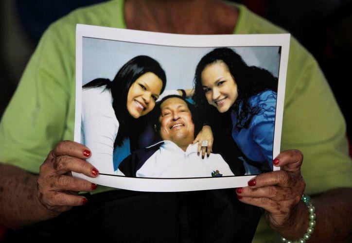 Sólo se han difundido unas fotos de Chávez  sonriente y recostado en cama junto a sus hijas. (Agencias)