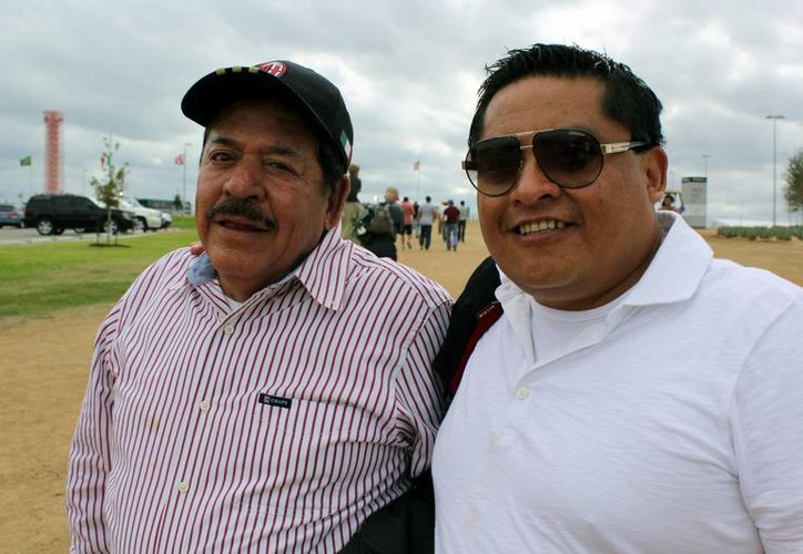 Padre e hijo se reunen en Austin para apoyar a 'Checo' y Esteban. (Foto: EFE)